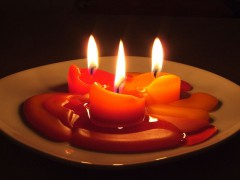 800px-Candles_in_the_dark.jpg