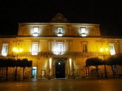 Palazzo_comunale_Mottola_di_notte.jpg