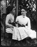 473px-Helen_Keller_with_Anne_Sullivan_in_July_1888.jpg