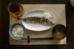 800px-Sanma_miso_soup_rice_and_tea_by_nanaow2006.jpg