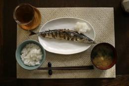 800px-Sanma_miso_soup_rice_and_tea_by_nanaow2006.jpg
