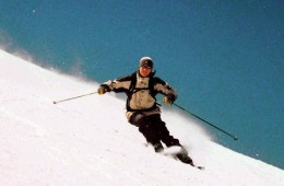 800px-Skier-carving-a-turn.jpg