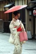 406px-Kimono_lady_at_Gion_Kyoto.jpg