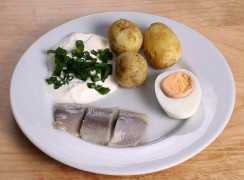 800px-Midsummer_pickled_herring.jpg