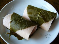 800px-A_rice_cake_filled_with_sweet_bean_paste_and_wrapped_in_a_pickled_cherry_leafkatori-cityjapan.JPG