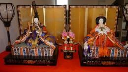 800px-HinaDolls-Emperor-Empress-topplatform2011_2.jpg