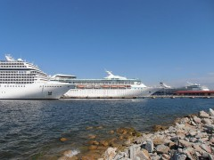 800px-MSC_Poesia_Vision_of_the_Seas__Mein_Schiff_2_in_Tallinn_13_June_2012.JPG