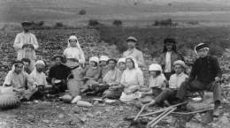 Second_aliyah_Pioneers_in_Migdal_1912_in_kuffiyeh.jpg