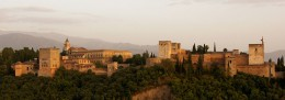 1050px-Alhambra_in_the_evening.jpg