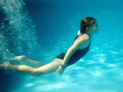1200px-A_girl_in_a_swimming_pool_-_underwater.jpg