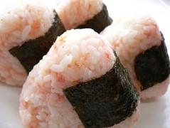 Salmon_onigiri_by_yomi955.jpg