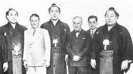 375px-Charles_Chaplin_and_Sumo_wrestlers.jpg