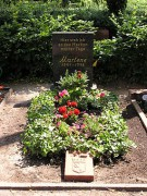 255px-2006-07-24_Friedhof_Schoeneberg_III_Grab_Dietrich.jpg