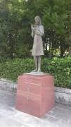 Sadako_Statue_at_Noborich_Junior_High_-_1985.jpg
