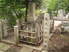 270px-Grave_of_Hidesaburo_Ueno_and_monument_of_Hachiko_in_the_Aoyama_Cemetery.jpg