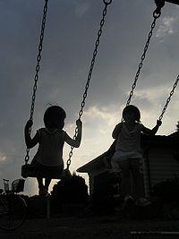 200px-夕暮れのブランコに乗る二人の少女8190107